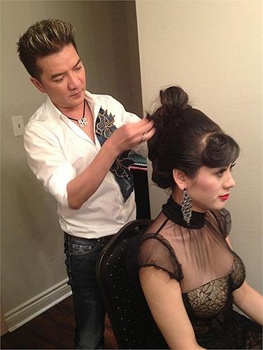 Trong một chương trình ca nhạc mới đây, Đàm Vĩnh Hưng đã tự tay làm tóc cho người em Lâm Chi Khanh mà Mr Đàm rất yêu mến.