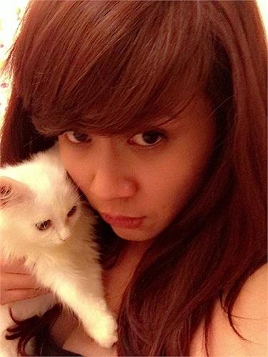 Lưu Thiên Hương điệu đà tạo dáng với mèo.