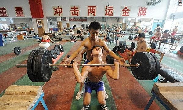 Tập luyện cùng đàn anh. Môn cử tạ là trọng tâm Olympic của đoàn Trung Quốc