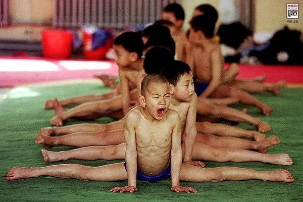Nhiều bậc cha mẹ không kìm được nước mắt khi thấy cảnh này. Song họ hiểu thể thao là khổ luyện và chỉ có đổ mồ hôi trên sàn tập mới mang đến màu vàng huy chương trên bục chiến thắng