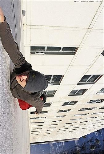 Những màn biểu diễn nổi tiếng của Pavel là thăng bằng 1 chân trên những sợi dây ở độ cao khoảng 100m, treo người trên tường