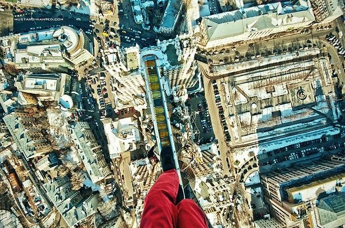 Cheo leo trên những thanh thép ở độ cao hàng trăm mét