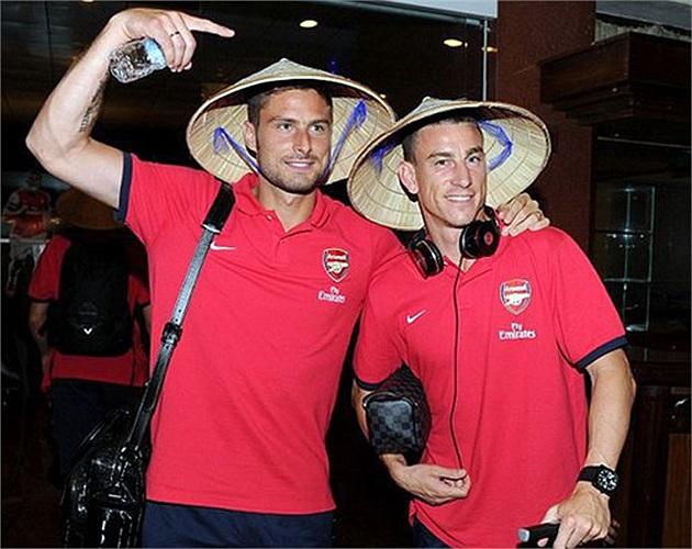 Giroud trong chiếc nón lá truyền thống của người Việt