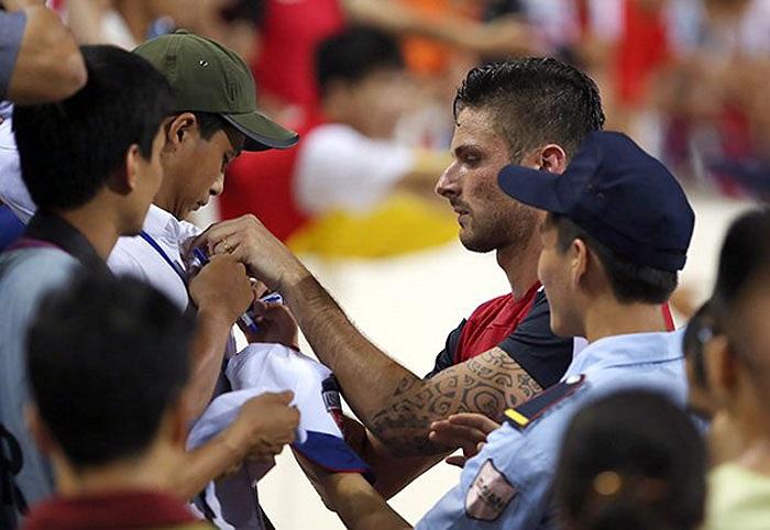 Giroud cũng nhiệt tình ký tặng người hâm mộ