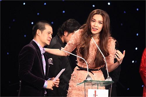 Tại lễ trao giải thưởng Âm nhạc Cống hiến năm 2012, bộ váy Hà Hồ mặc được cho là có thiết kế gần giống một thiết kế của Elie Saab.