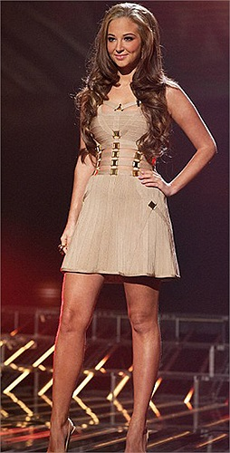 Nhưng sau vụ nghi án váy nhái Elie Saab ở giải thưởng Cống hiến năm 2012, Hà Hồ cẩn trọng hơn trong cách ăn mặc. Và cô đã ghi điểm rất nhiều với phong cách thời trang rất tinh tế của mình ở The Voice Vietnam 2012.