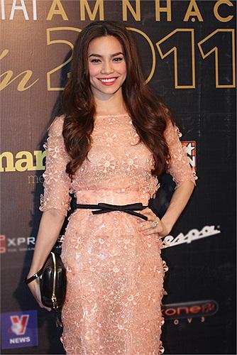 Bộ váy này có nhiều chi tiết giống với các mẫu thiết kế trong BST Haute Couture Xuân Hè 2012 của nhãn hiệu Elie Saab.