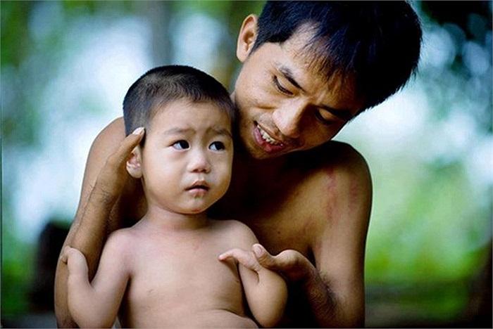 Tình cha con. 'Hãy cảm ơn vì bạn có một người cha hoàn hảo và một đôi tay đầy đủ' là thông điệp của bức ảnh.