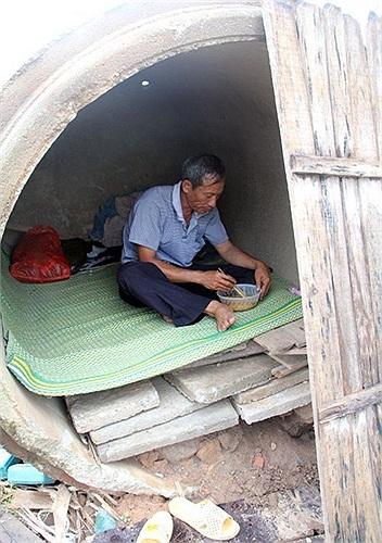 Chú Nguyễn Hữu Định, người cha của thủ khoa ĐH Y Hà Nội Nguyễn Hữu Tiến đã ở vỉa hè, ống cống suốt 10 năm nay, lam lũ nuôi con ăn học. Hình ảnh này khiến nhiều người xúc động trong mùa thi đại học năm nay.