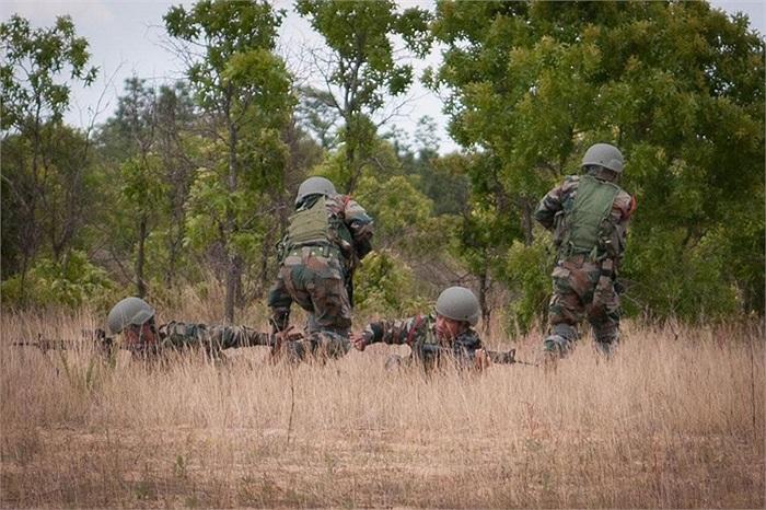 Bảo vệ đồng đội rút lui khỏi khu vực nguy hiểm