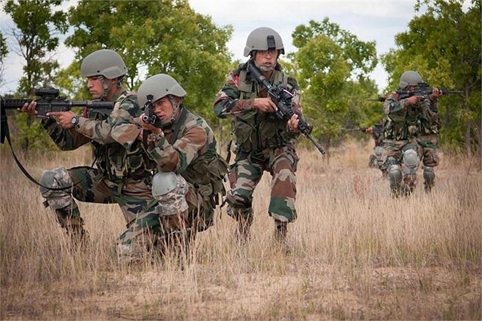 Đội hình khi rơi vào ổ phục kích của binh sĩ Ấn Độ