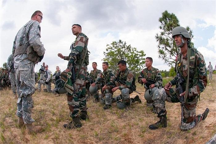 Đại úy Ấn Độ chia sẻ kinh nghiệm cho các đồng nghiệp phương Tây