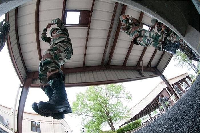 Lính Ấn Độ luyện nhảy từ các mô hình giả lập máy bay tại Fort Bragg