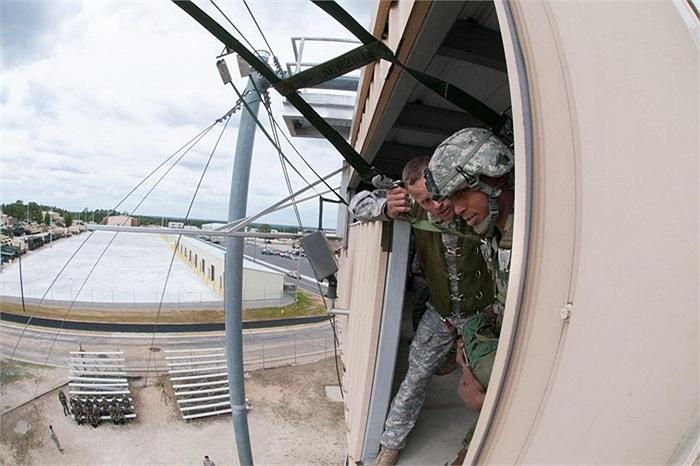 Binh sĩ Mỹ chuẩn bị hỗ trợ lính Ấn Độ nhảy xuống từ tháp huấn luyện