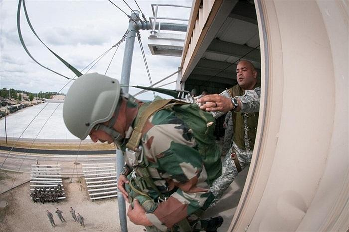 Tháp luyện nhảy dù cao hơn 10m, dùng cho các binh sĩ làm quen với các thao tác khi đổ bộ đường không