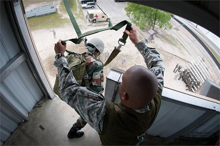Binh sĩ Ấn Độ nhảy xuống từ tháp huấn luyện cao hơn 10m