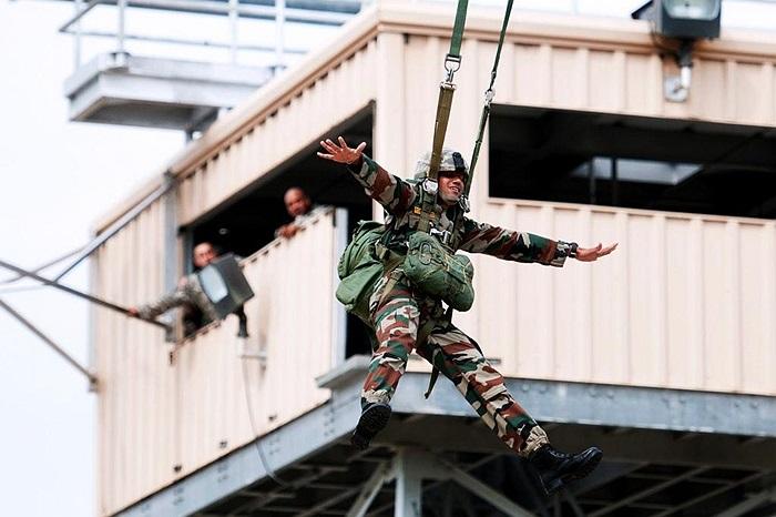 Binh sĩ Ấn Độ thực hiện các thao tác nhảy dù dưới sự hướng dẫn của chuyên gia Mỹ