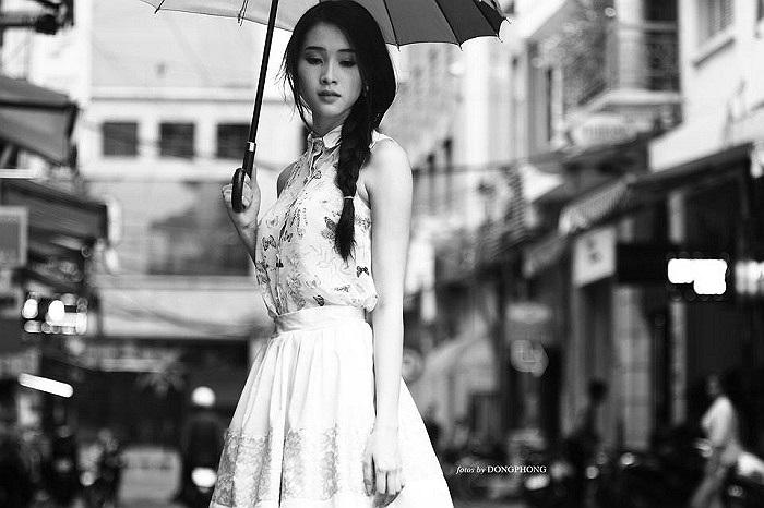 Hoa hậu Đặng Thu Thảo đầy hoài niệm trên phố.