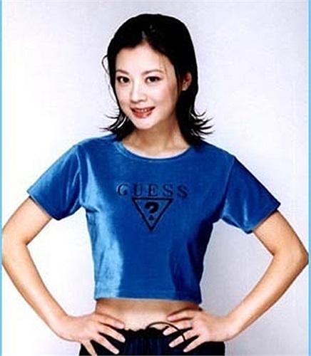 Nữ MC kênh CCTV Khương Phong sinh năm 1970, cô tốt nghiệp khoa tiếng trung trường đại học Sơn Đông