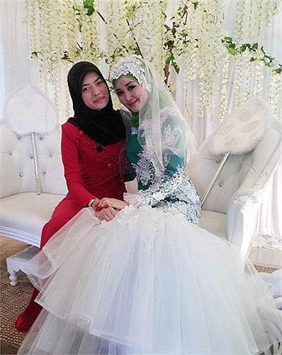 Chụp ảnh cưới cùng mẹ.