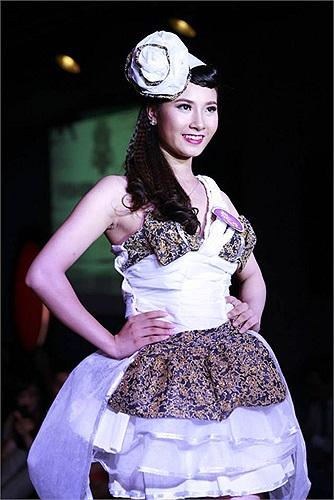 Chính vì vậy, ở phần thi trình diễn thời trang, các nữ sinh Hà Thành đã cố gắng thể hiện phần thi của mình một cách tốt nhất