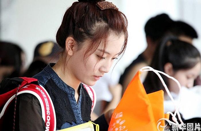 Một cô nàng xinh đẹp nổi bật giữa bàn đăng kí nhập học