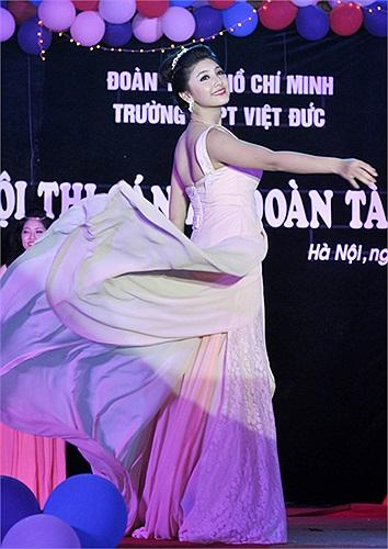 Nữ cán bộ đoàn trường THPT Việt Đức lộng lẫy trong những bộ đầm dạ hội