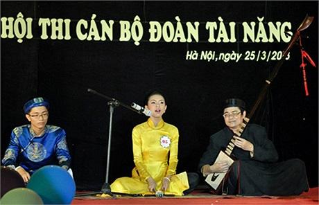 Nguyễn Thanh Thảo, lớp 11A1 trường THPT Việt Đức đã gây ấn tượng mạnh khi thể hiện màn hát ca trù cùng người bố đệm đàn và ngưỡi gõ trống chầu là anh ruột.