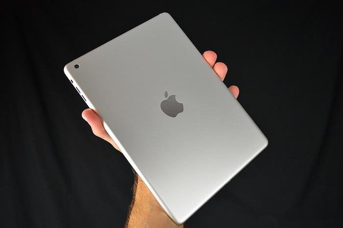 Logo Apple phía sau nhạt hơn so với các thế hệ iPad trước