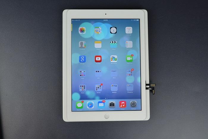 Bộ vỏ của iPad 5 khi được xếp đè lên trên chiếc iPad 4 đang chạy ios 7