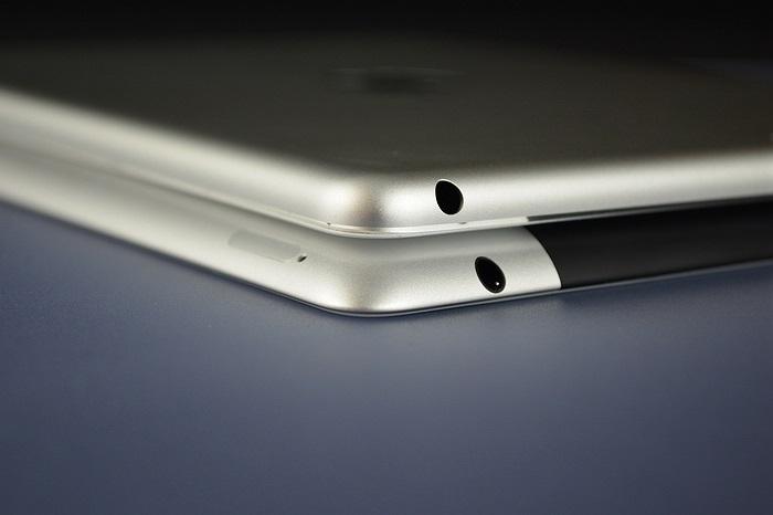 iPad 5 (phía trên) mỏng hơn so với iPad 4