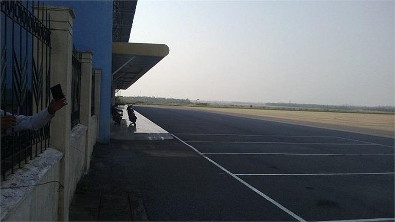 Khung cảnh vắng vẻ ở sân bay Đồng Hới. Ảnh chụp chiều 8/10.