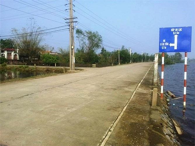 Từ quốc lộ 1A (huyện Quảng Trạch) tới khu Vũng Chùa khoảng 2 km, nhưng đường khá hẹp.