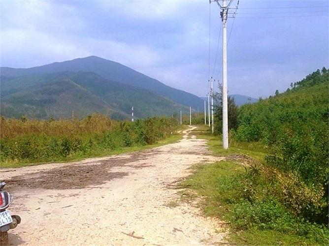 Khoảng 500 mét cuối cùng là đường đất, sẽ khó khăn cho di chuyển.