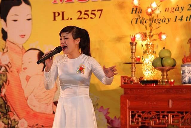 Ngọc Khuê hát trong Lễ Vu Lan.