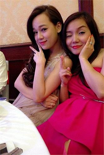 Ngọc Anh diện váy hồng, tạo dáng nhí nhố.