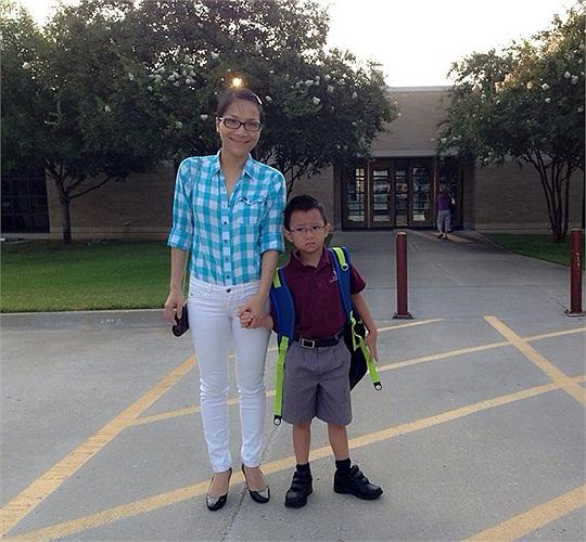 Hồng Ngọc khoe ảnh đưa con trai đi học.