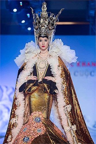 Ngọc Quyên diện trang phục nặng đúng bằng trọng lượng cơ thể trong một chương trình thời trang mới đây nhất.