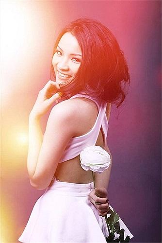 Hotgirl Thủy Top quyến rũ với váy khoe lưng trần.