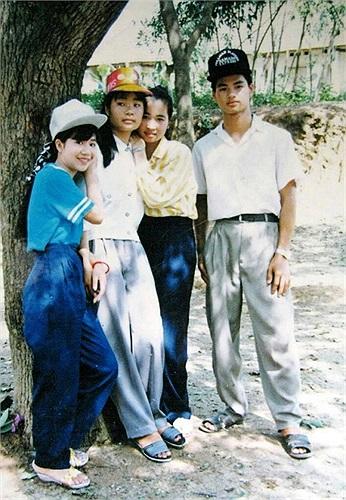 Ảnh Xuân Bắc từ thuở còn cắp sách tới trường, danh hài chụp cùng ba bạn nữ rất xinh đẹp.