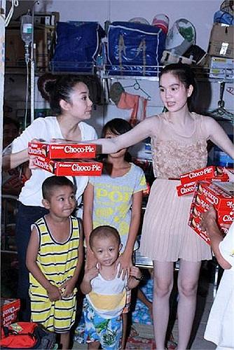 Ngọc Trinh cùng Minh Hằng đi làm từ thiện.