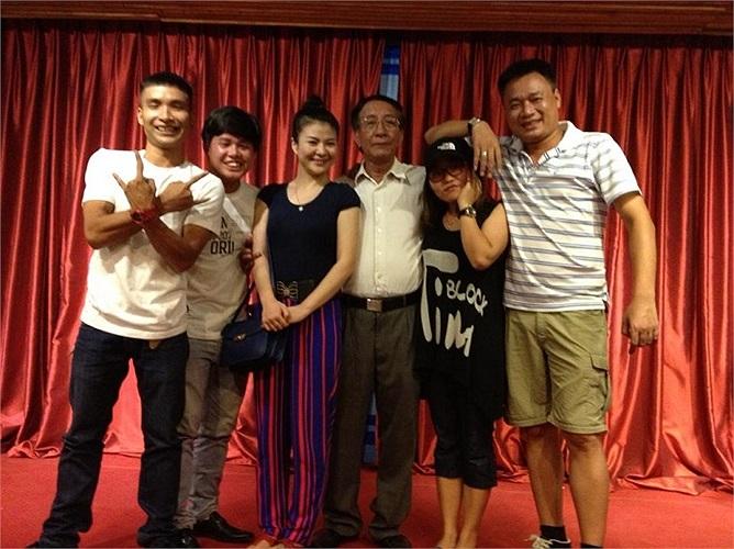 Dàn diễn viên của Ma làng 2 chụp cùng đạo diễn Nguyễn Hữu Phần.