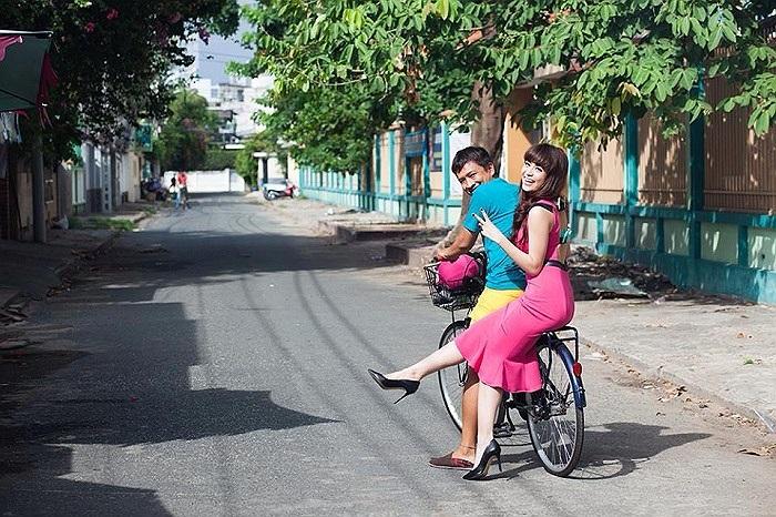 Hoàng Thùy Linh nhí nhảnh trên chiếc xe đạp ngoài phố.