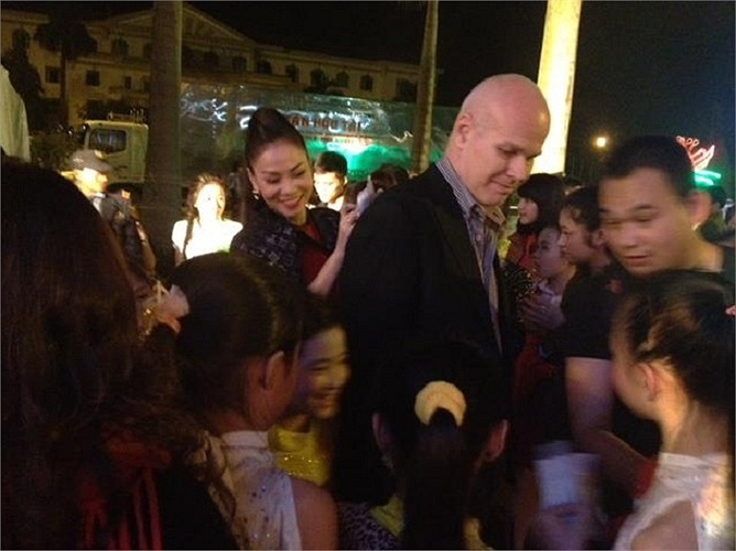 Sau một đêm diễn, Thu Minh có hành động cực đáng yêu là ký tặng fan hâm mộ ngay trên lưng người chồng tỷ phú.