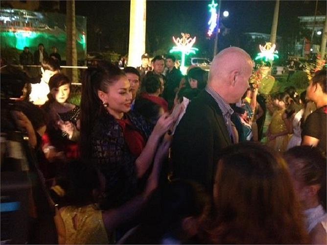 Ông xã Thu Minh luôn tháp tùng và lặng lẽ đứng sau cánh gà xem vợ biểu diễn.