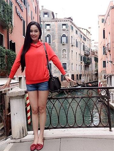 Thiếu những bộ váy áo hàng hiệu đắt tiền, Mai Phương Thúy quê mùa trông thấy.