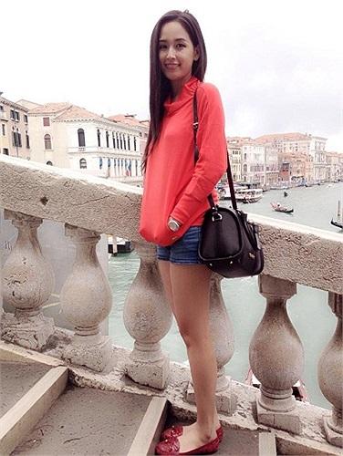 Gu thẩm mỹ của Mai Phương Thúy vốn không được đánh giá cao, nên những trang phục đời thường cô chọn cũng thiếu tinh tế và kém đẹp.