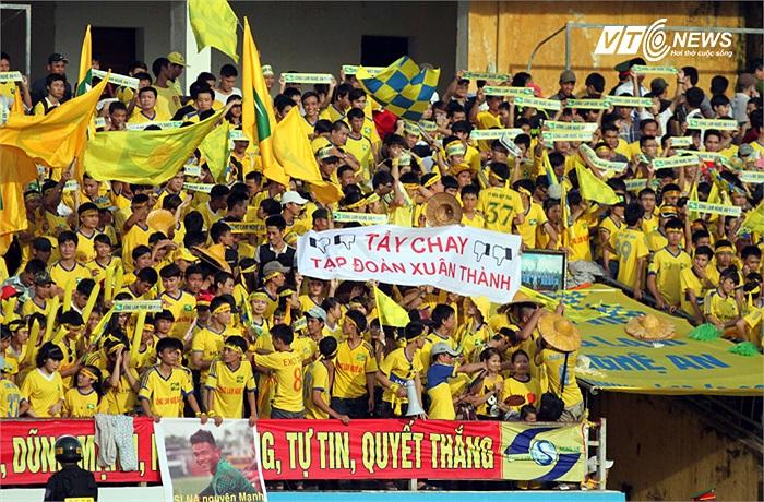 Fan SLNA giương băng rôn tẩy chay tập đoàn Xuân Thành của anh em nhà bầu Thụy. XMXT Sài Gòn bỏ giải khiến SLNA bị trừ 6 điểm và tụt xuống vị trí thứ 4 trên BXH sau vòng 20, đồng thời lấy đi rất nhiều cơ hội vô địch của đội bóng xứ Nghệ.