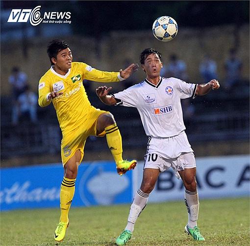 Hà Minh Tuấn (10) được tung vào sân ở phút 29 và chỉ 2 phút sau, anh lập công mang về bàn gỡ hòa 1-1 cho đội bóng sông Hàn. Đó là một pha băng vào đánh đầu dũng mãnh.