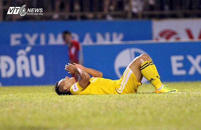 Nhưng Trọng Hoàng đã không thắng được thủ thành Thanh Bình trên chấm 11m. Không chỉ ở tình hống đá phạt đền, cuối trận , Trọng Hoàng còn bỏ lỡ một cơ hội ngon ăn khác.
